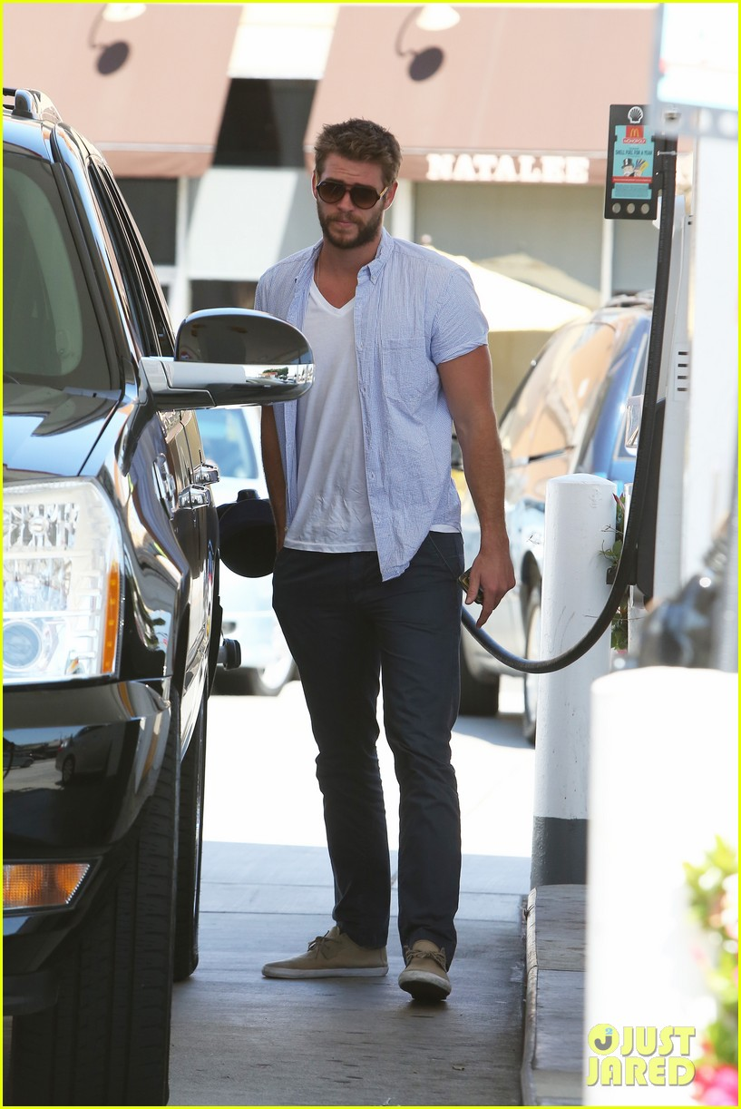 liam hemsworth fills up his hybrid suv 10