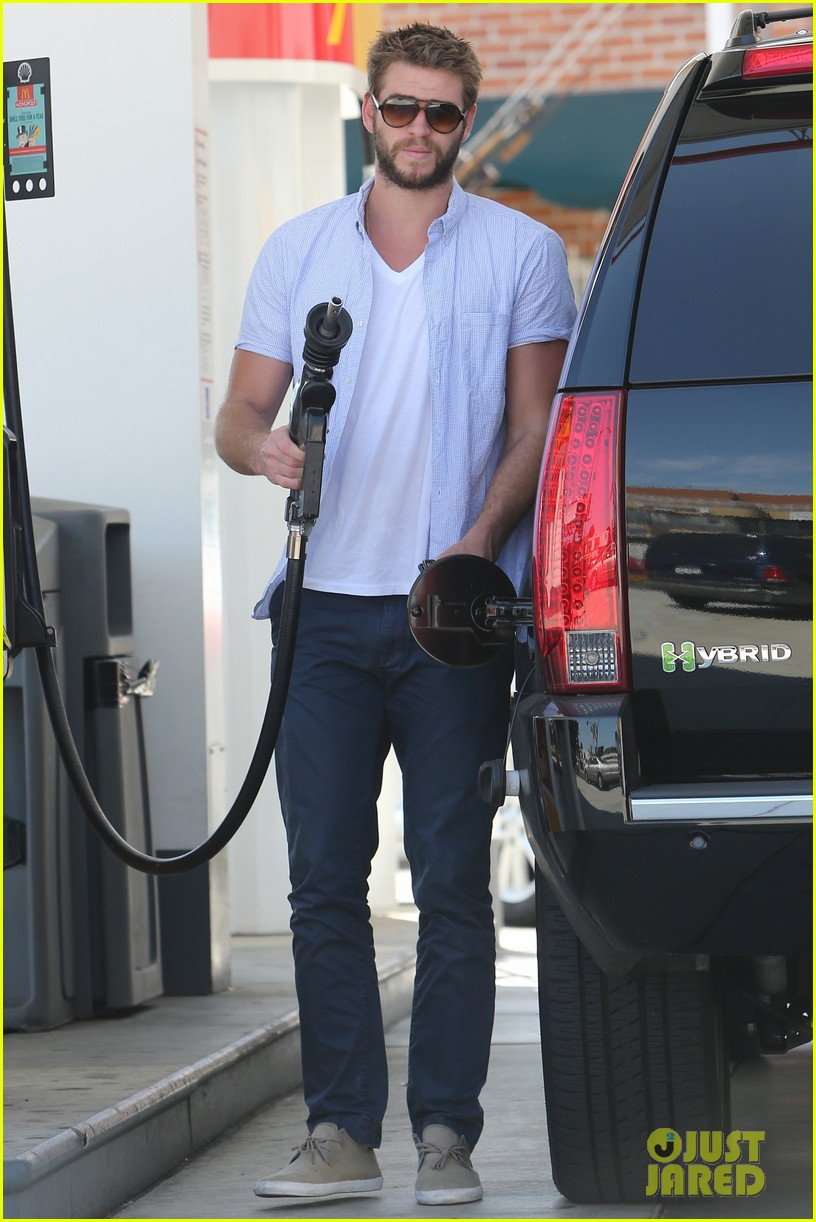 liam hemsworth fills up his hybrid suv 11