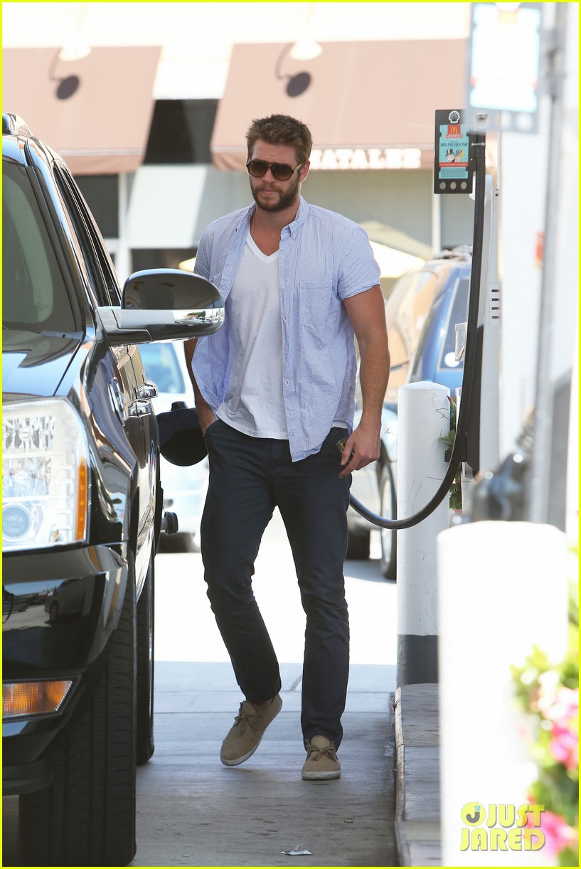 liam hemsworth fills up his hybrid suv 12