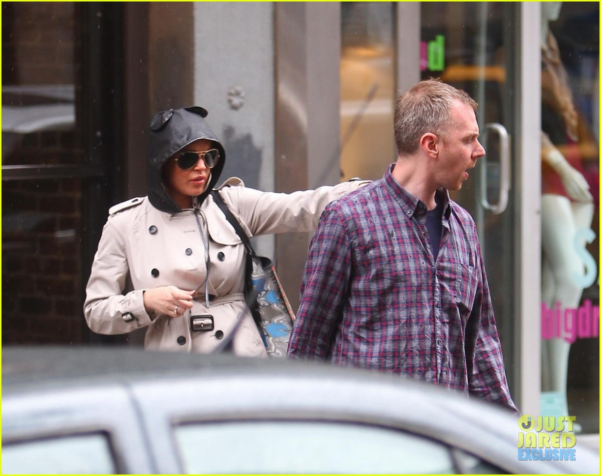 lindsay lohan bundles up on rainy day in new york city 09