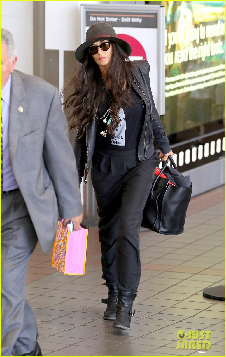 demi moore travels light through lax 01