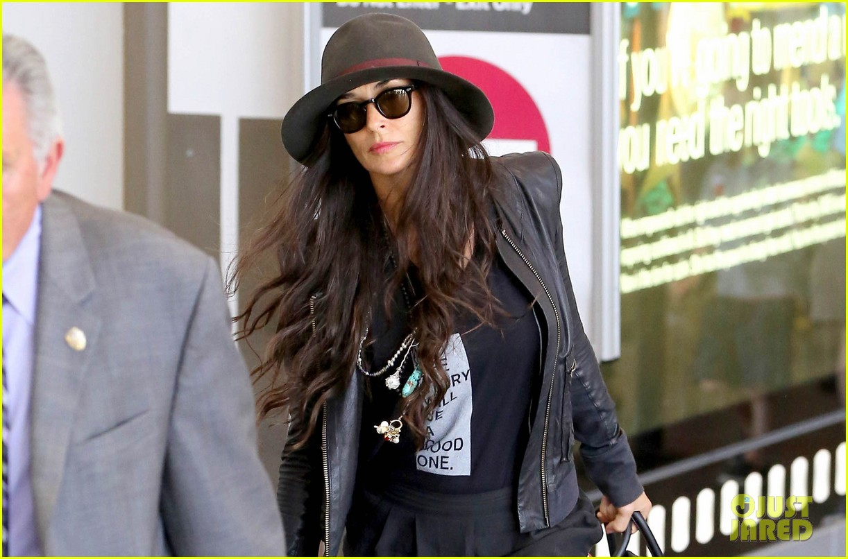 demi moore travels light through lax 03
