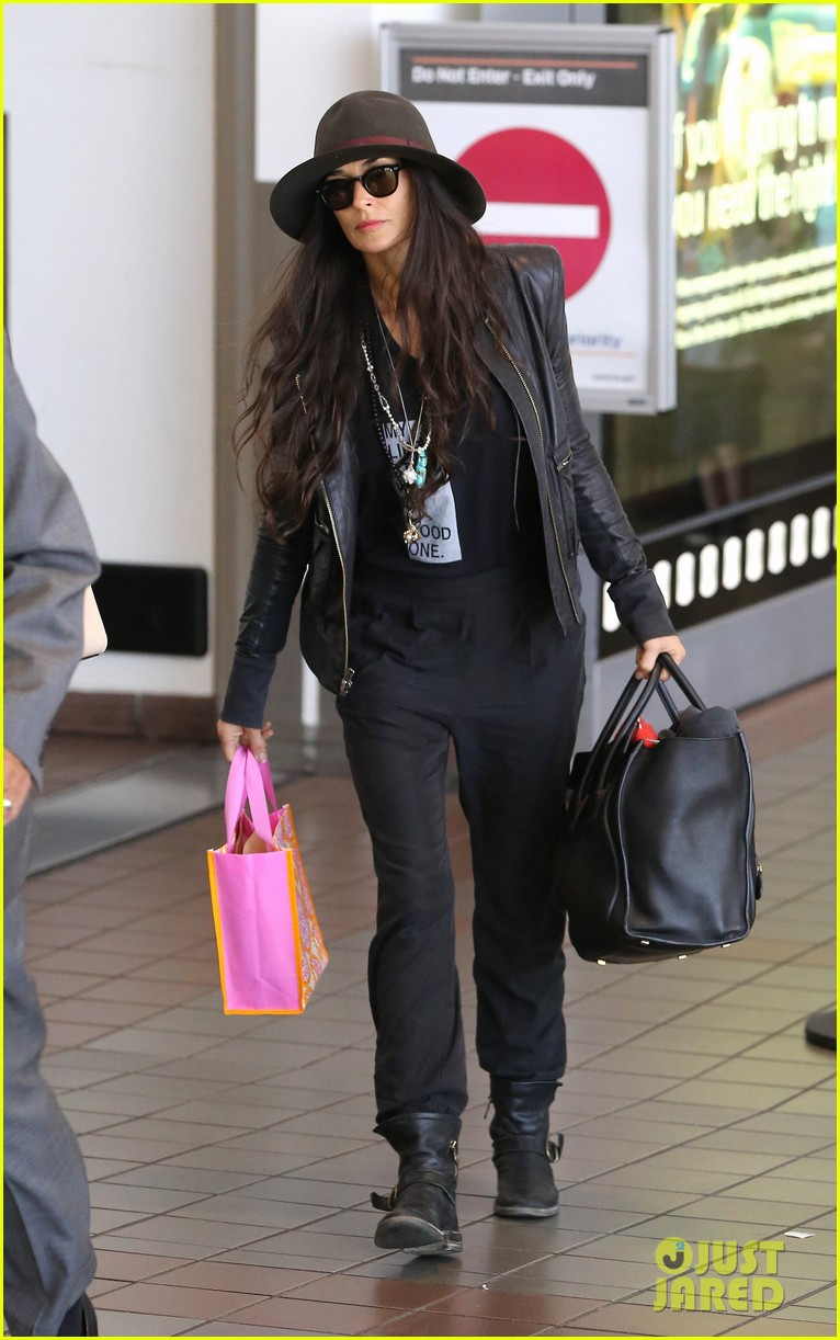 demi moore travels light through lax 04