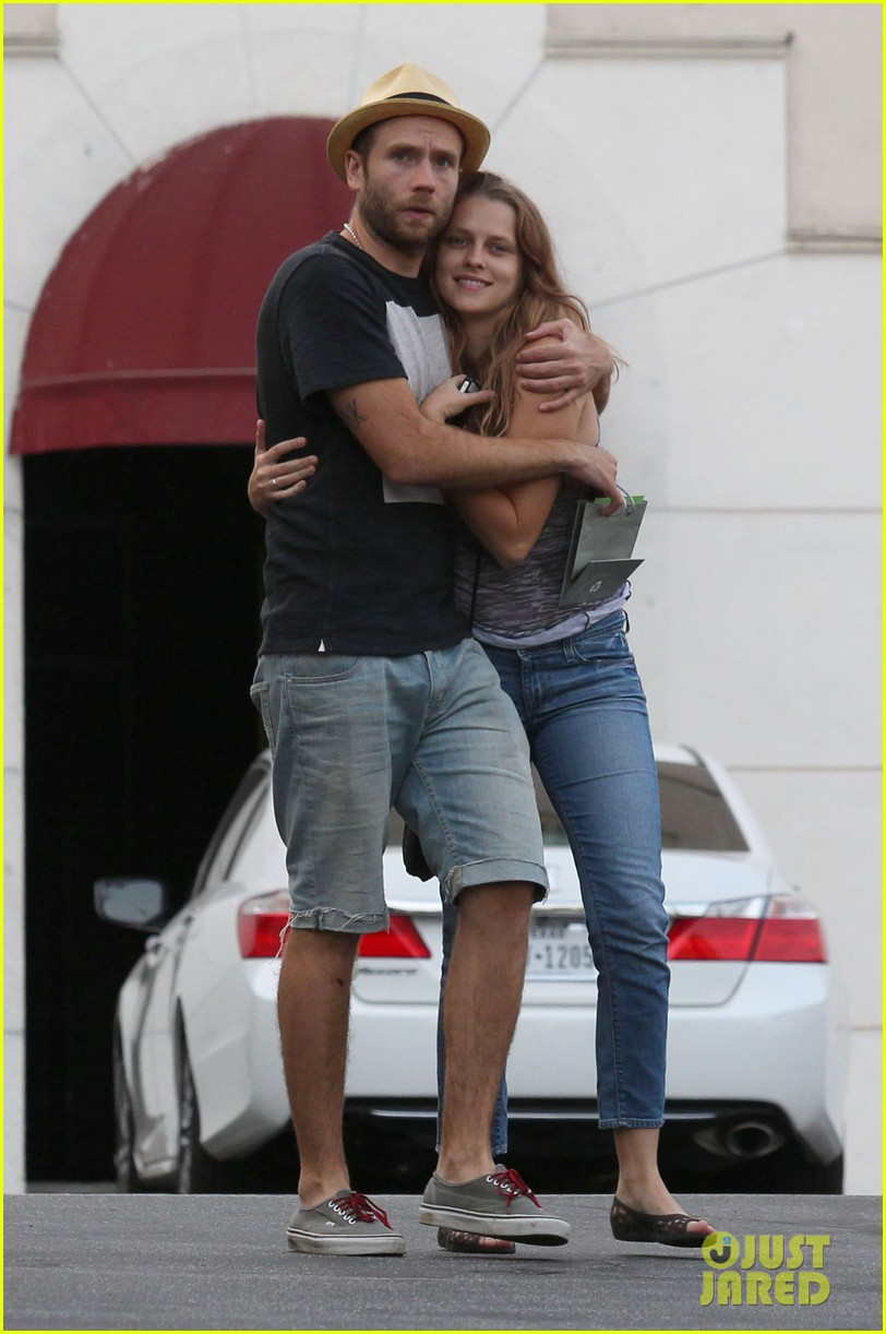 teresa palmer shows off new engagement ring 07