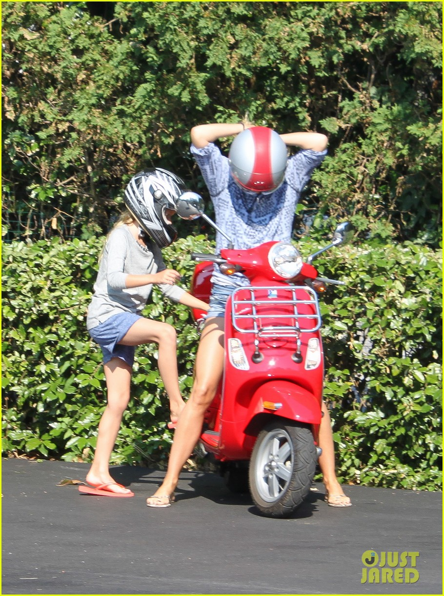 gwyneth paltrow apple moped to coffee shop 21