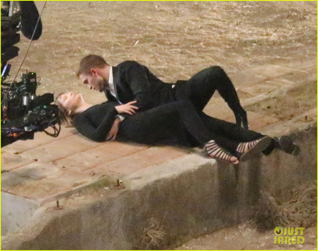 robert pattinson passionately kisses mia wasikowska for map 15