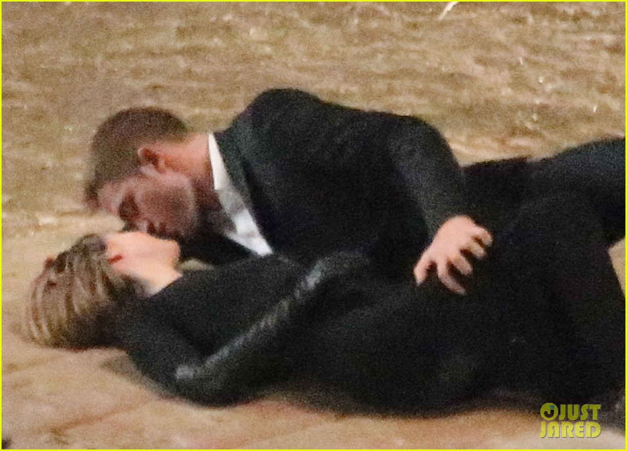 robert pattinson passionately kisses mia wasikowska for map 29