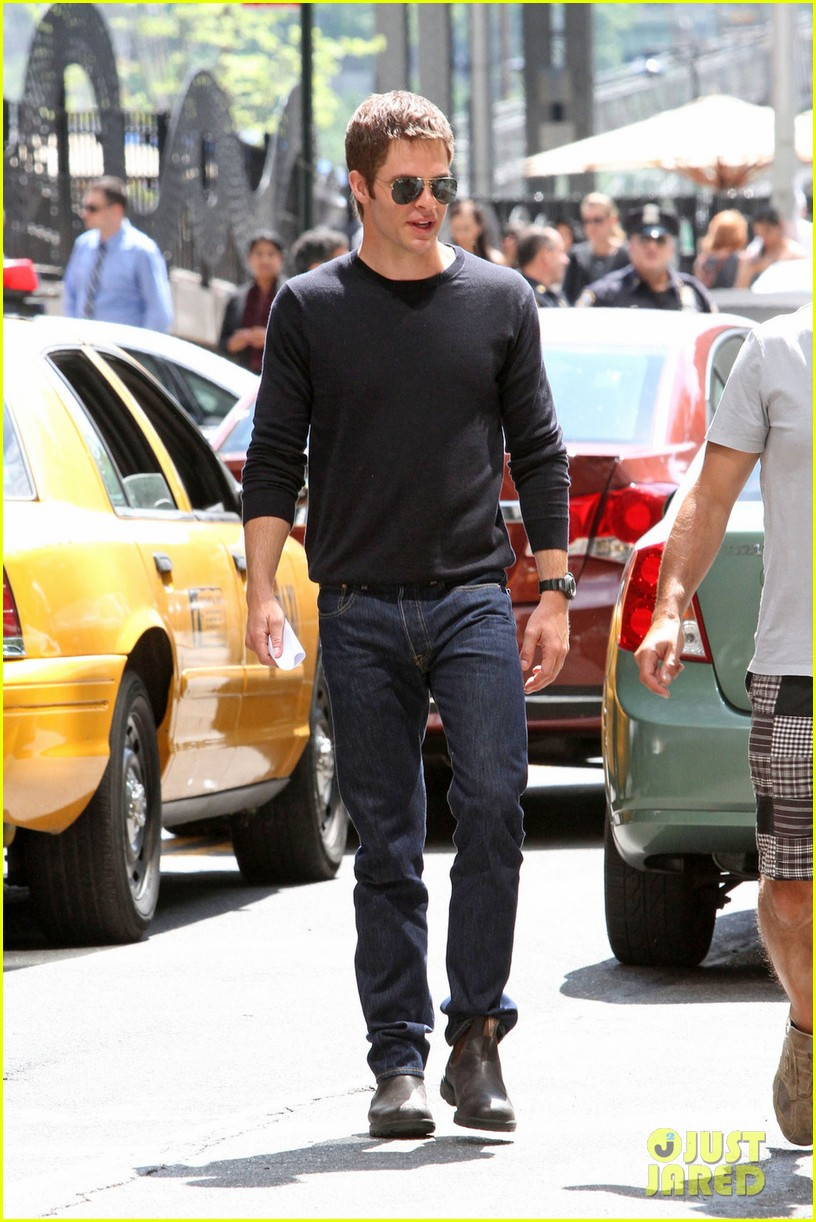 chris pine films jack reacher reshoots in new york city 032931429