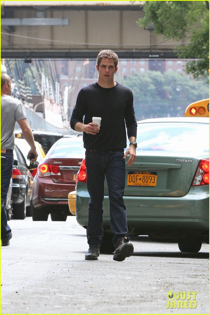 chris pine films jack reacher reshoots in new york city 052931431