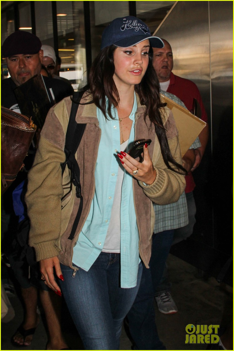 lana del rey catches cab at lax after lollapallooza 042923140