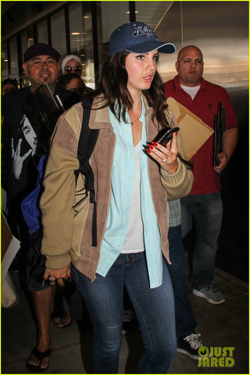 lana del rey catches cab at lax after lollapallooza 09
