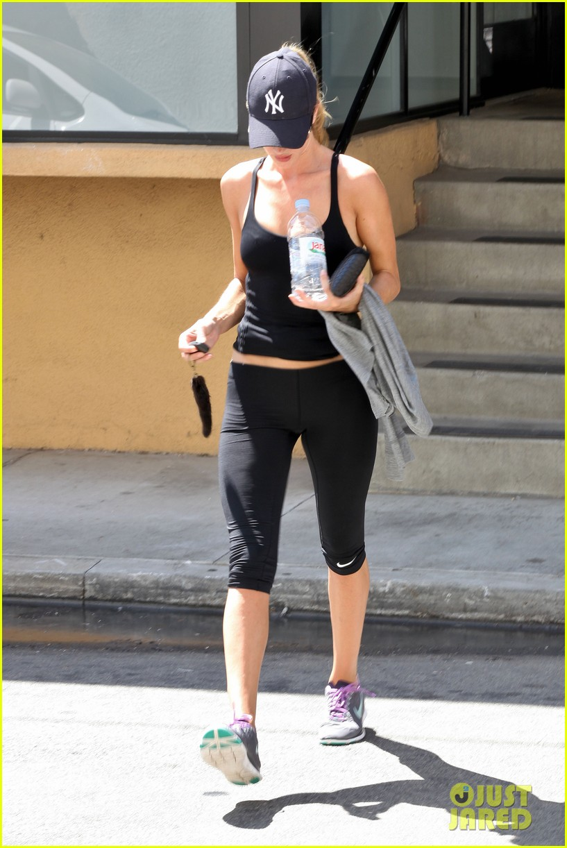 rosie huntington whiteley flashes toned tummy at gym 032924739