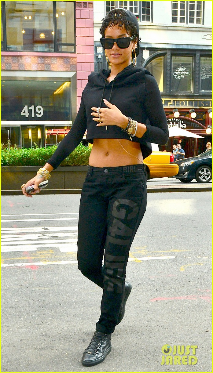 rihanna hails a cab in new york city 01