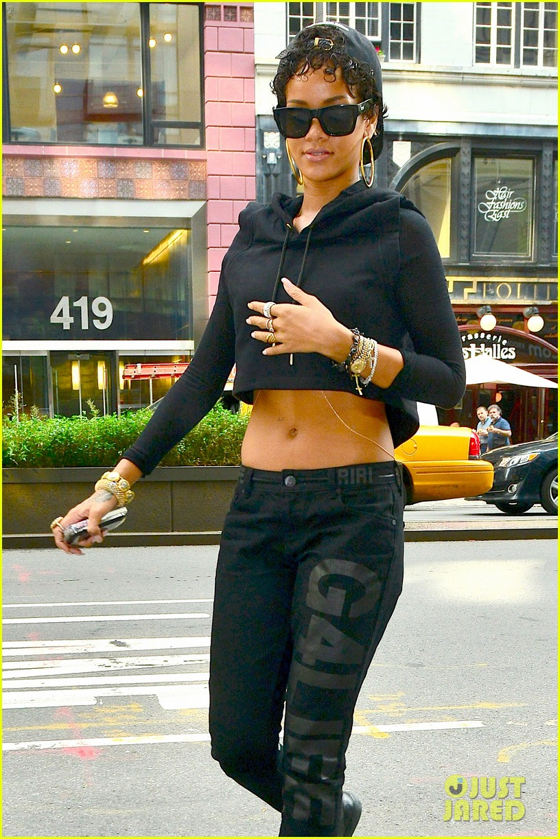 rihanna hails a cab in new york city 09