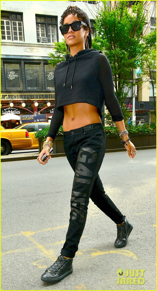 rihanna hails a cab in new york city 13
