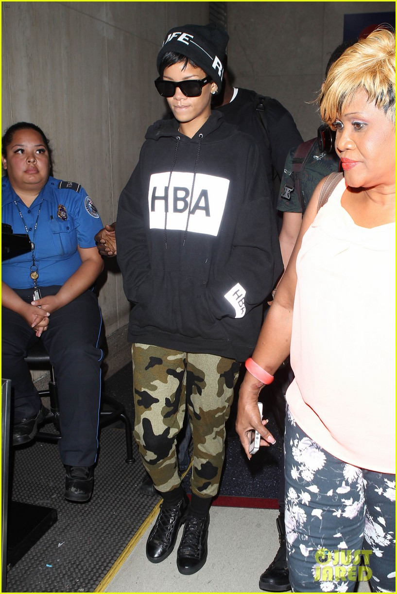rihanna lax arrivial with the family 04