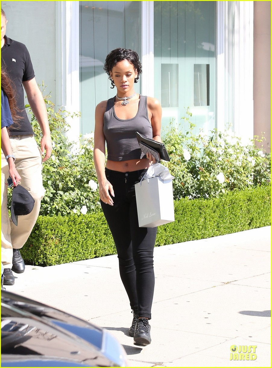 rihanna debuts short hair after topshop court case win 032921960