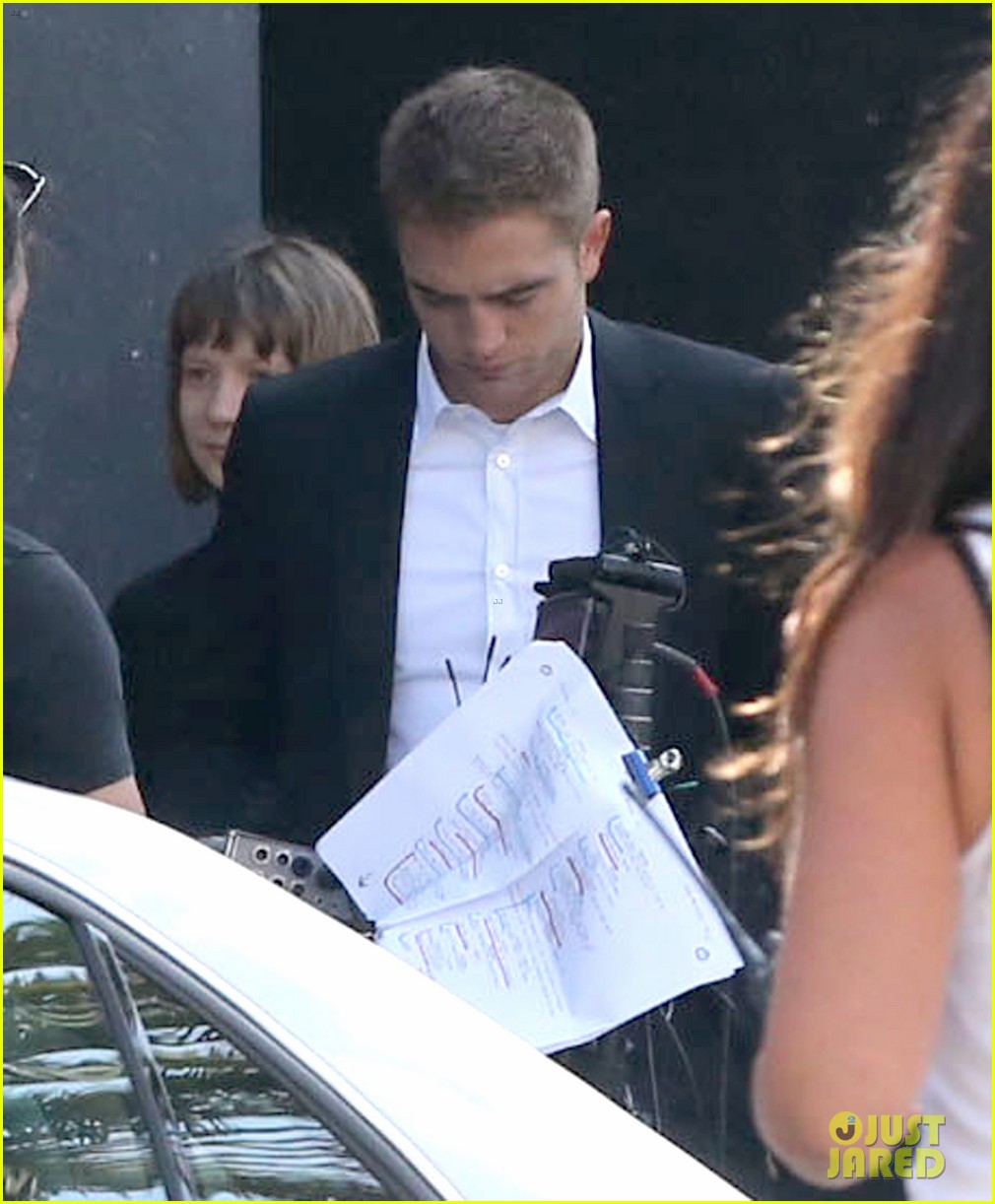 robert pattinson suits up for maps to the stars with julianne moore 08