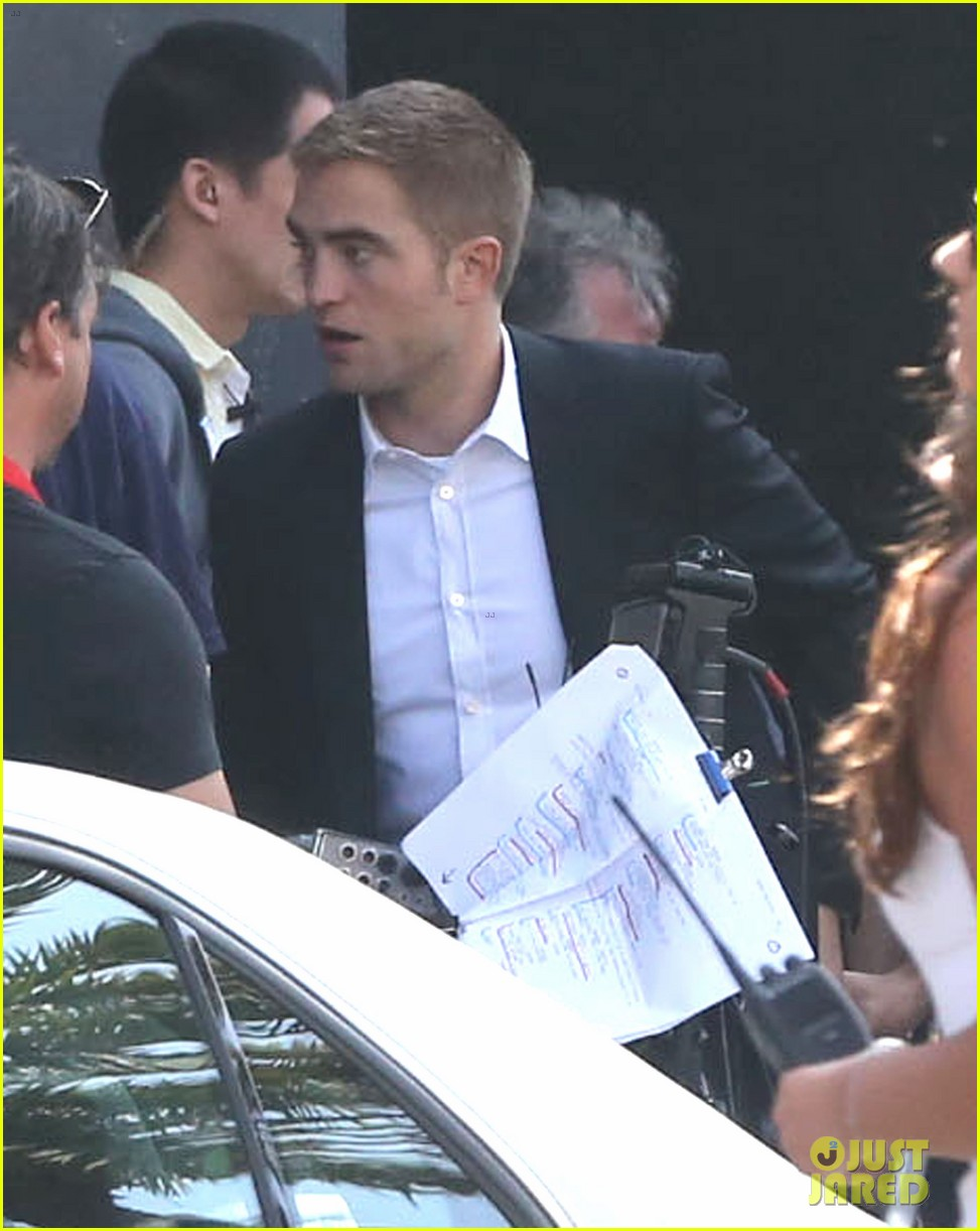 robert pattinson suits up for maps to the stars with julianne moore 092932865