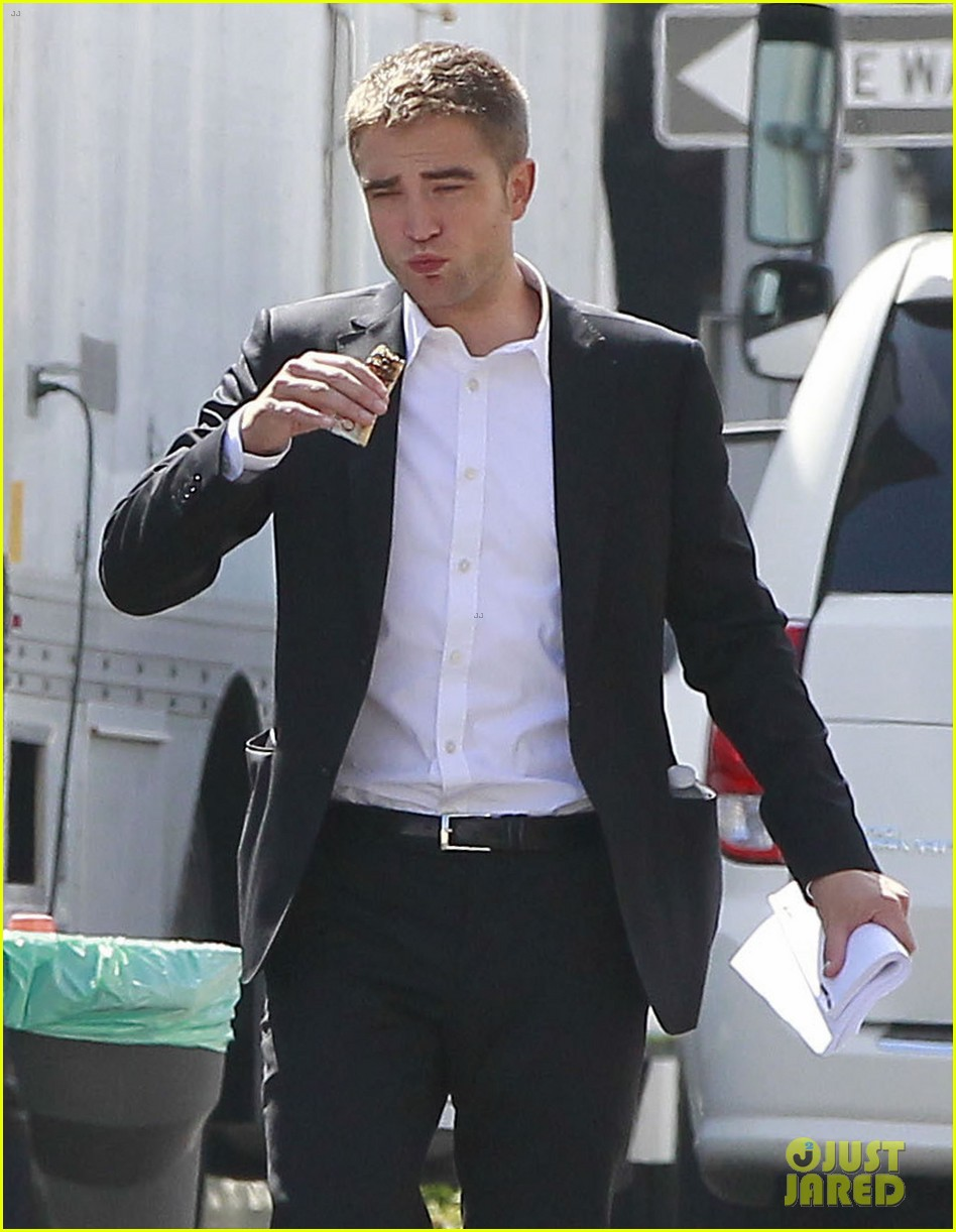 robert pattinson suits up for maps to the stars with julianne moore 30