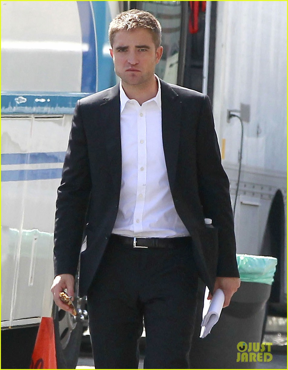 robert pattinson suits up for maps to the stars with julianne moore 38