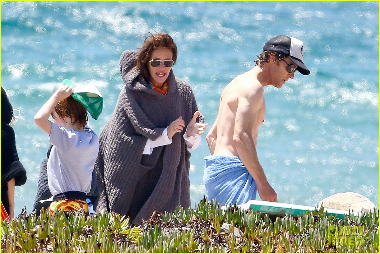 julia roberts family beach day with shirtless danny moder 09