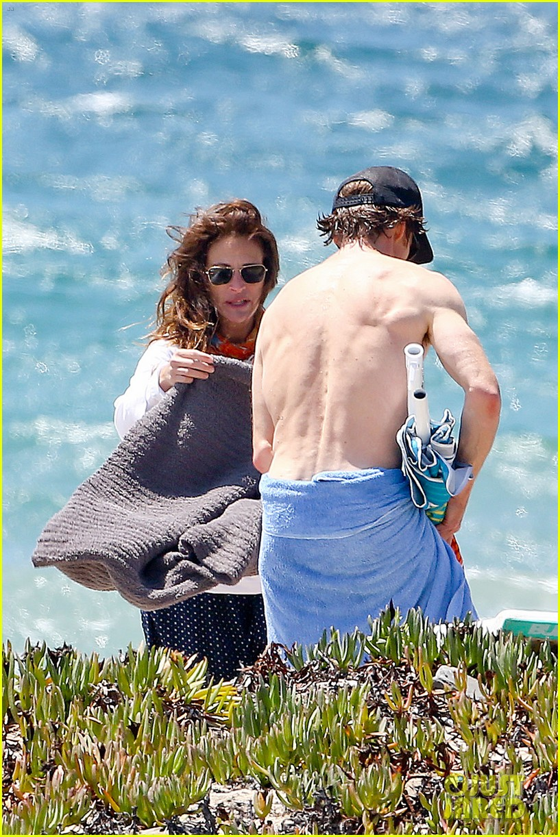 julia roberts family beach day with shirtless danny moder 16