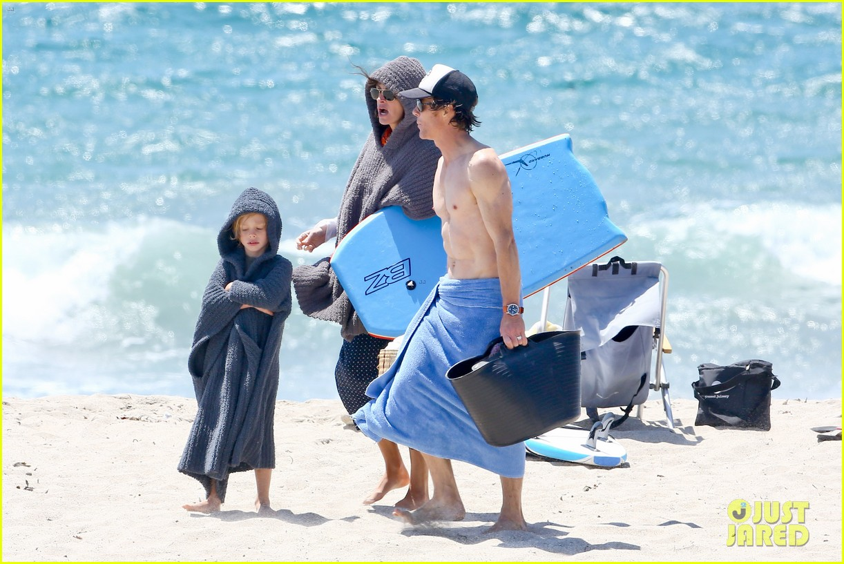 julia roberts family beach day with shirtless danny moder 25