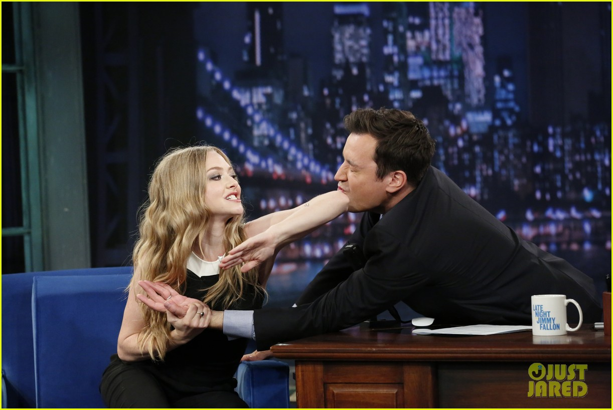 amanda seyfried plays catch phrase on late night with jimmy fallon 032925787