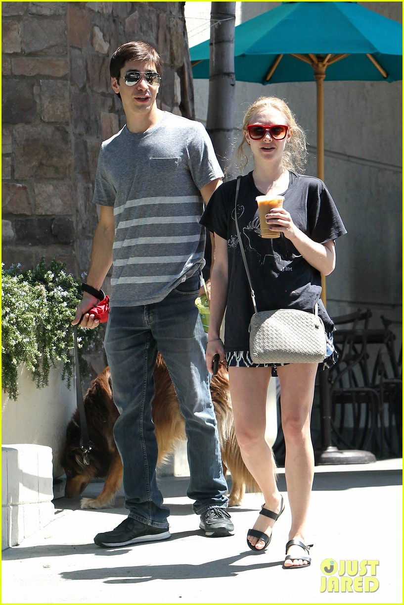 amanda seyfried justin long hang out with finn the dog 012936970