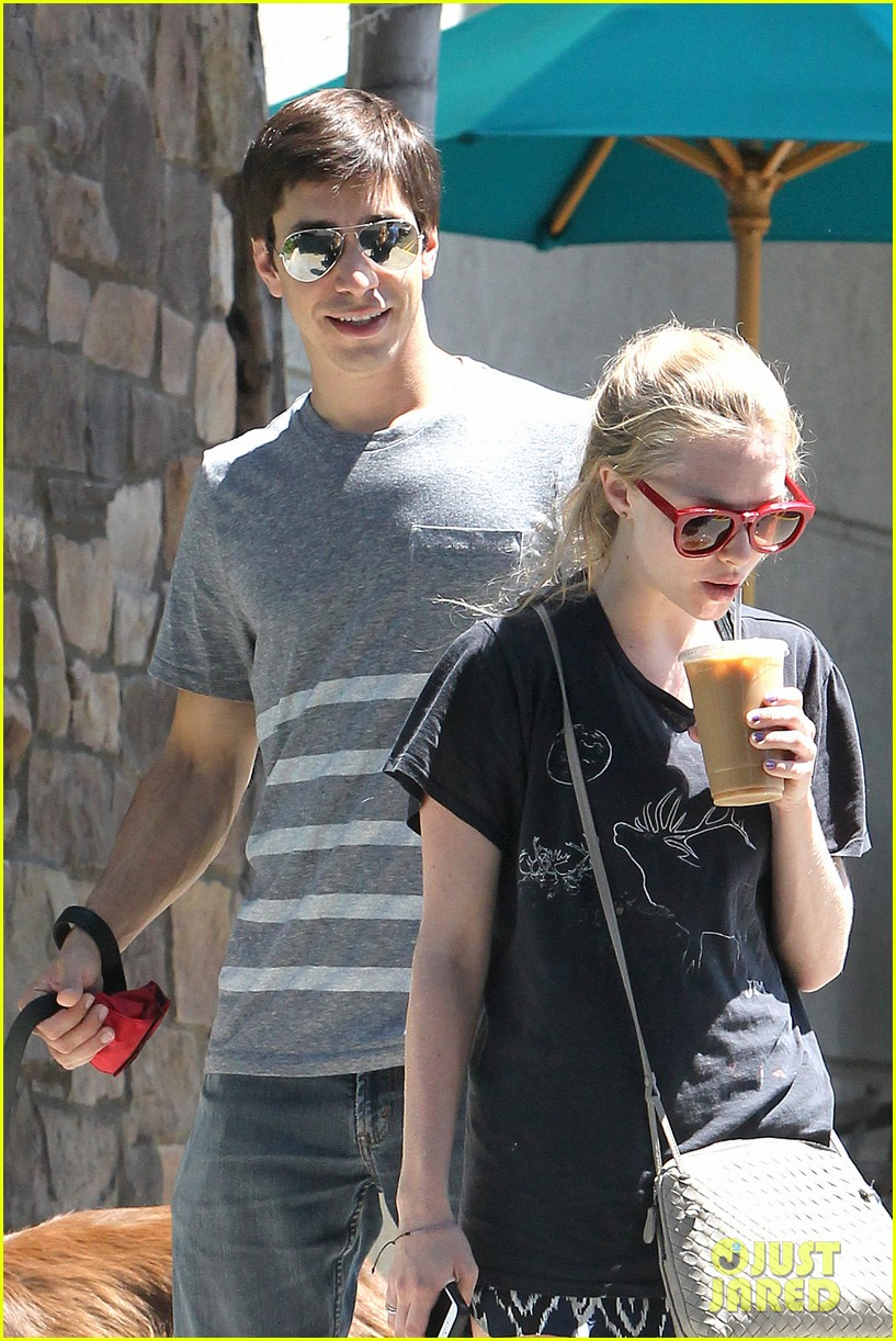 amanda seyfried justin long hang out with finn the dog 04