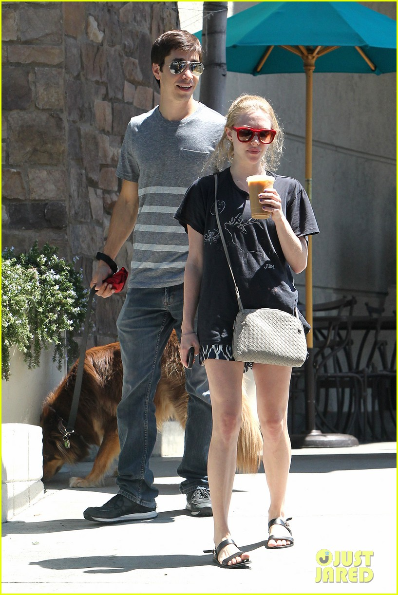 amanda seyfried justin long hang out with finn the dog 162936985