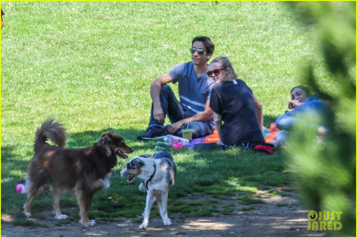 amanda seyfried justin long hang out with finn the dog 18