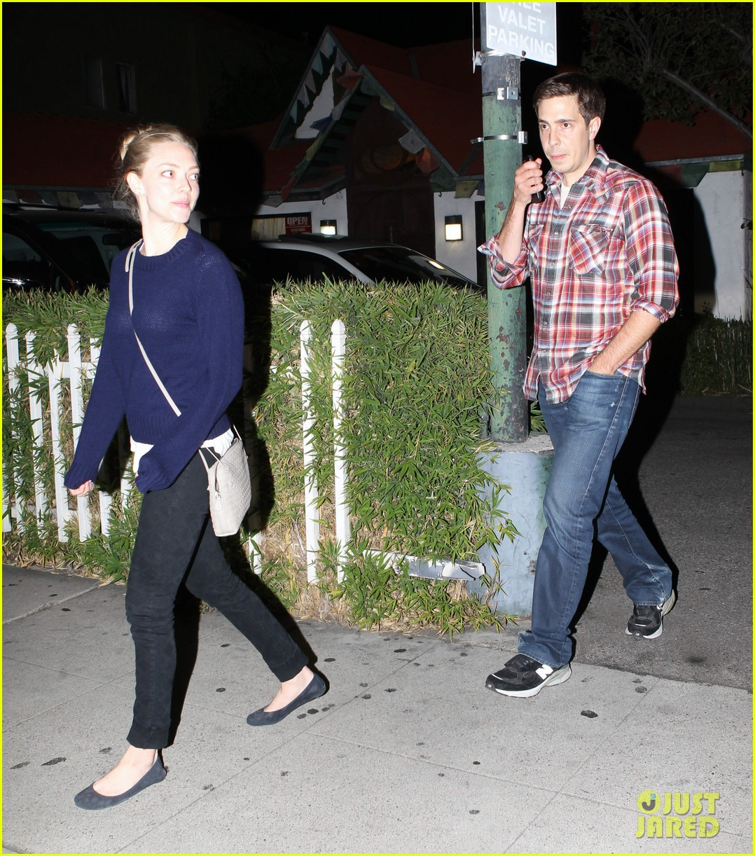 amanda seyfried justin long hang out with finn the dog 29