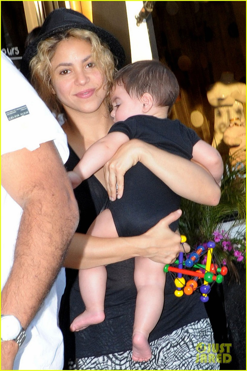 shakira goes shopping with baby milan 052927842