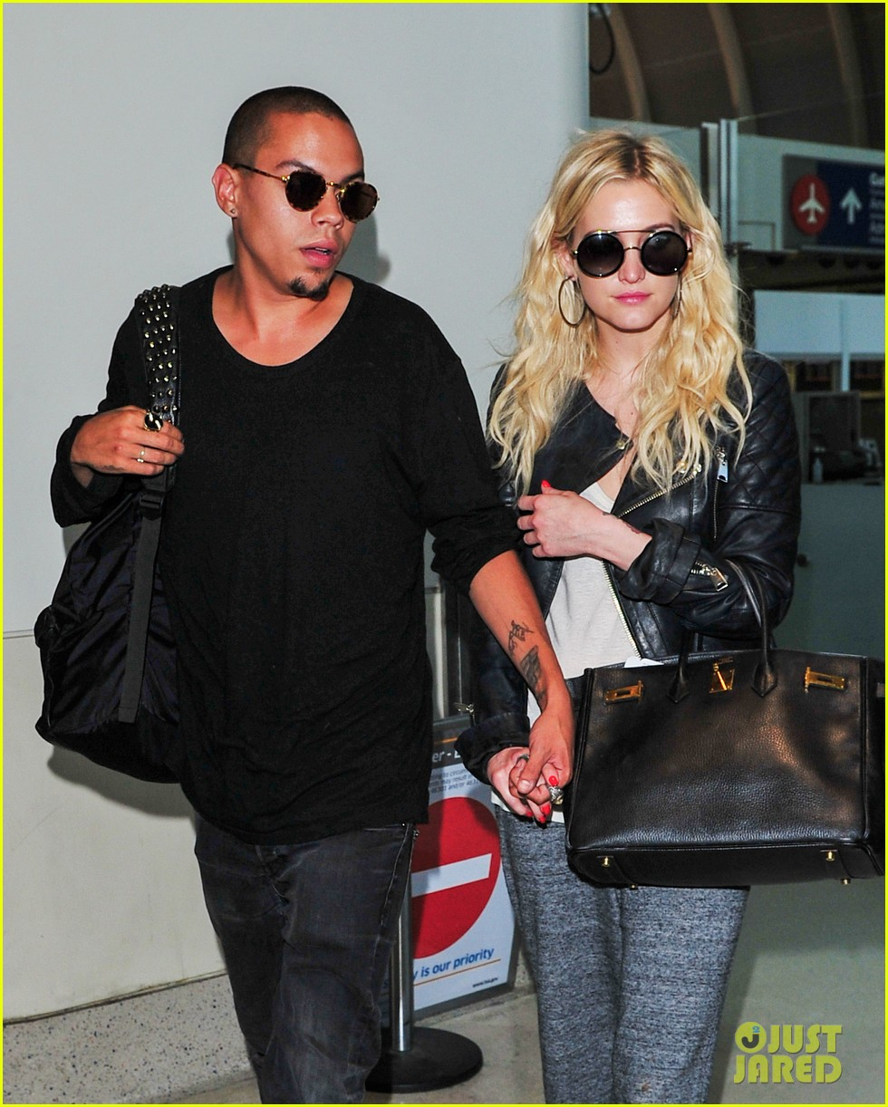 ashlee simpson evan ross hold hands after new york trip 02