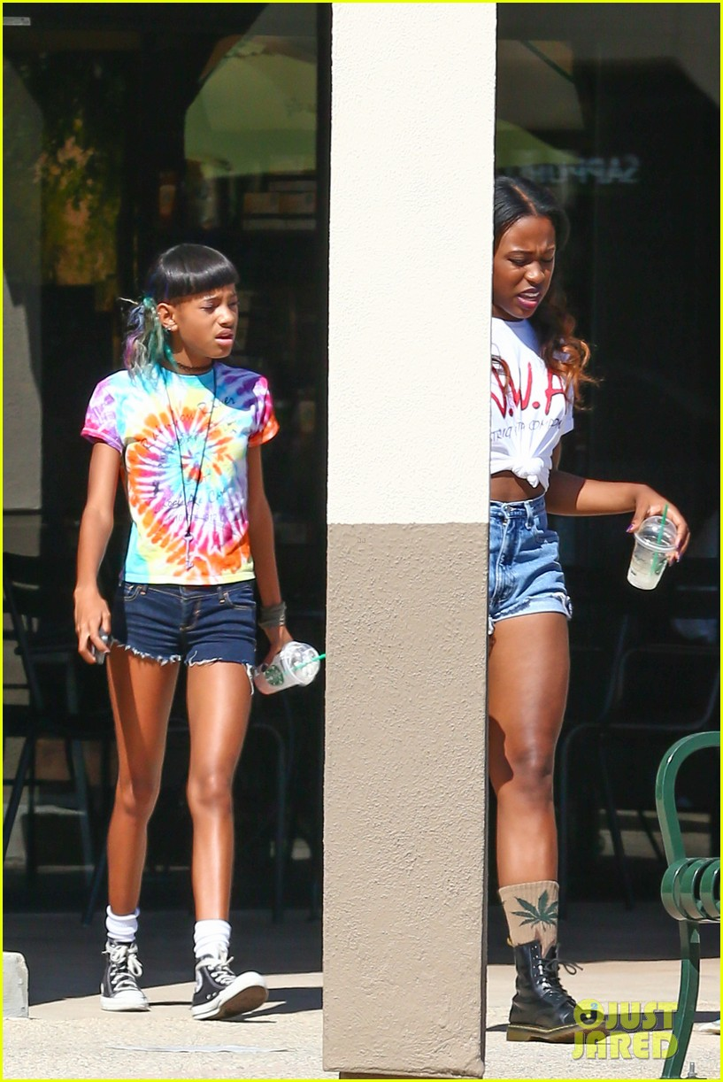 willow smith matches tye dyed hair with tye dyed shirt 13