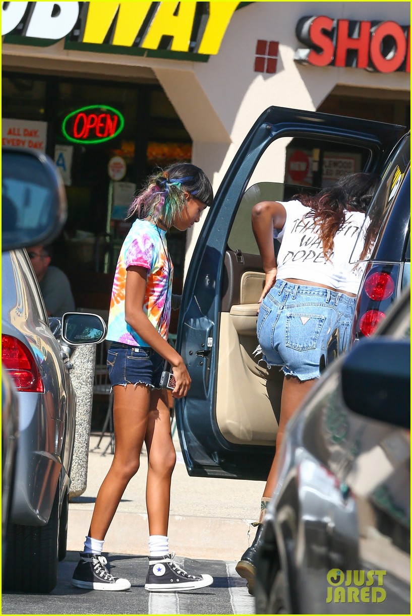 willow smith matches tye dyed hair with tye dyed shirt 20
