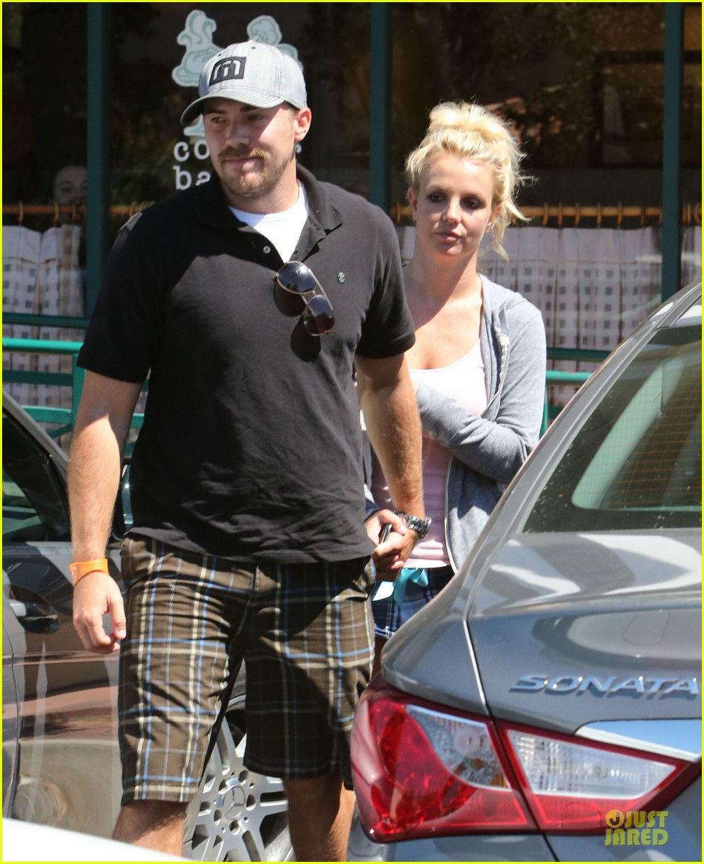 britney spears david lucado hold hands at corner bakery 19