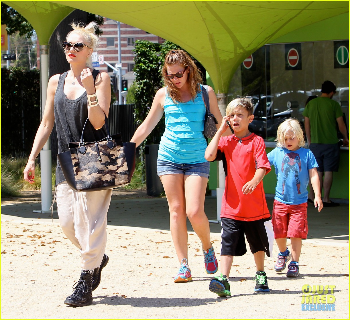 gwen stefani gavin rossdale hold hands for hugos lunch date 07