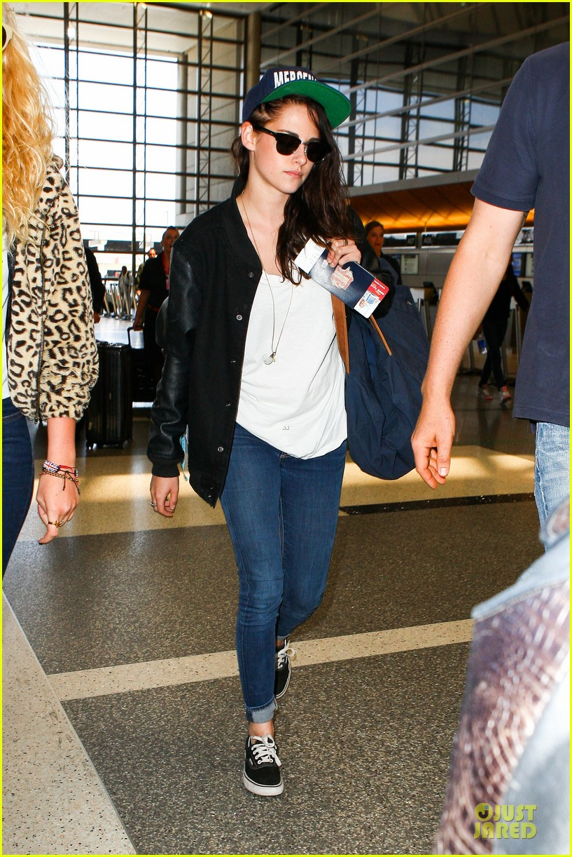 kristen stewart supports mercenaries at lax airport 03