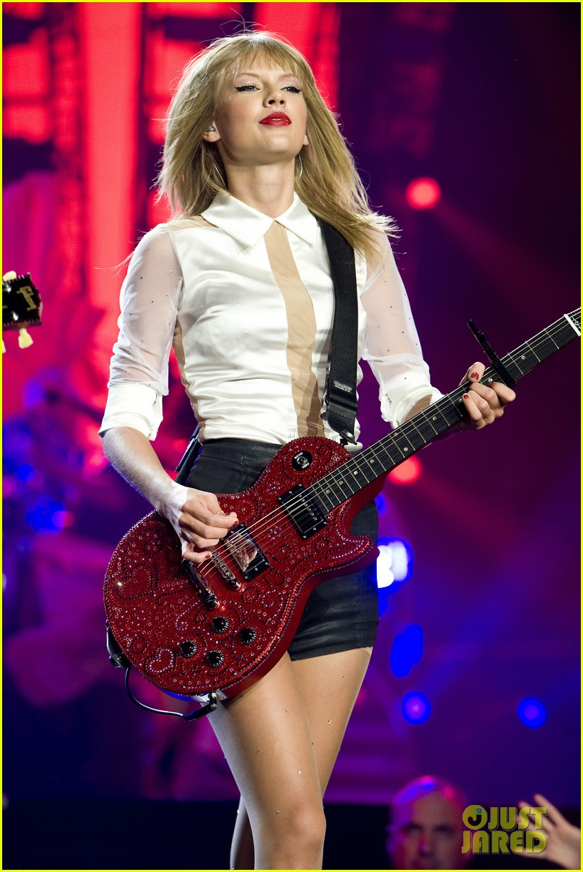 taylor swift sara bareilles perform brave on the red tour 06