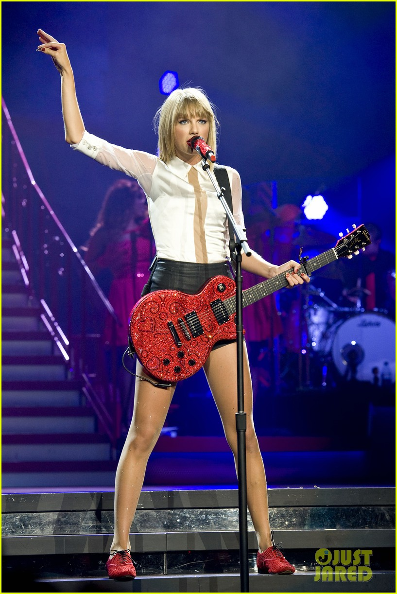 taylor swift sara bareilles perform brave on the red tour 46