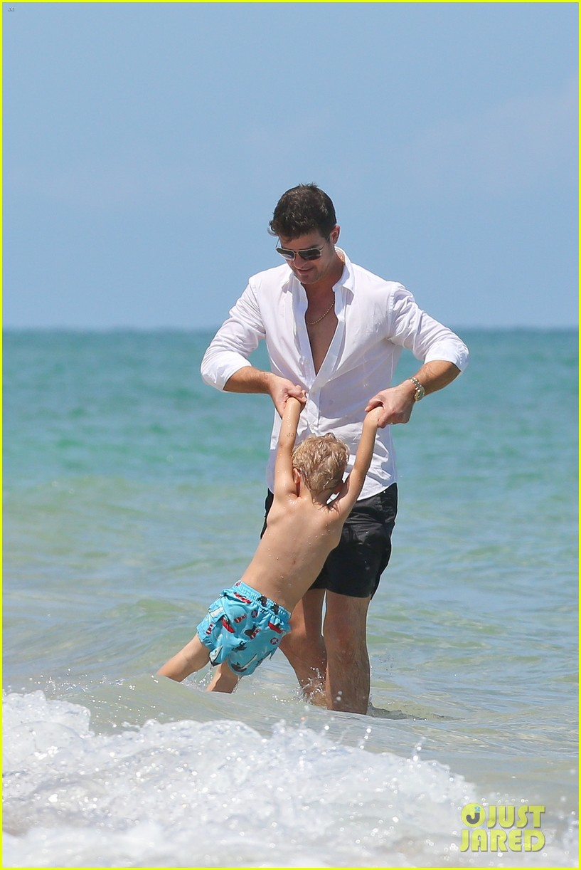 robin thicke paula patton beach day with julian 09