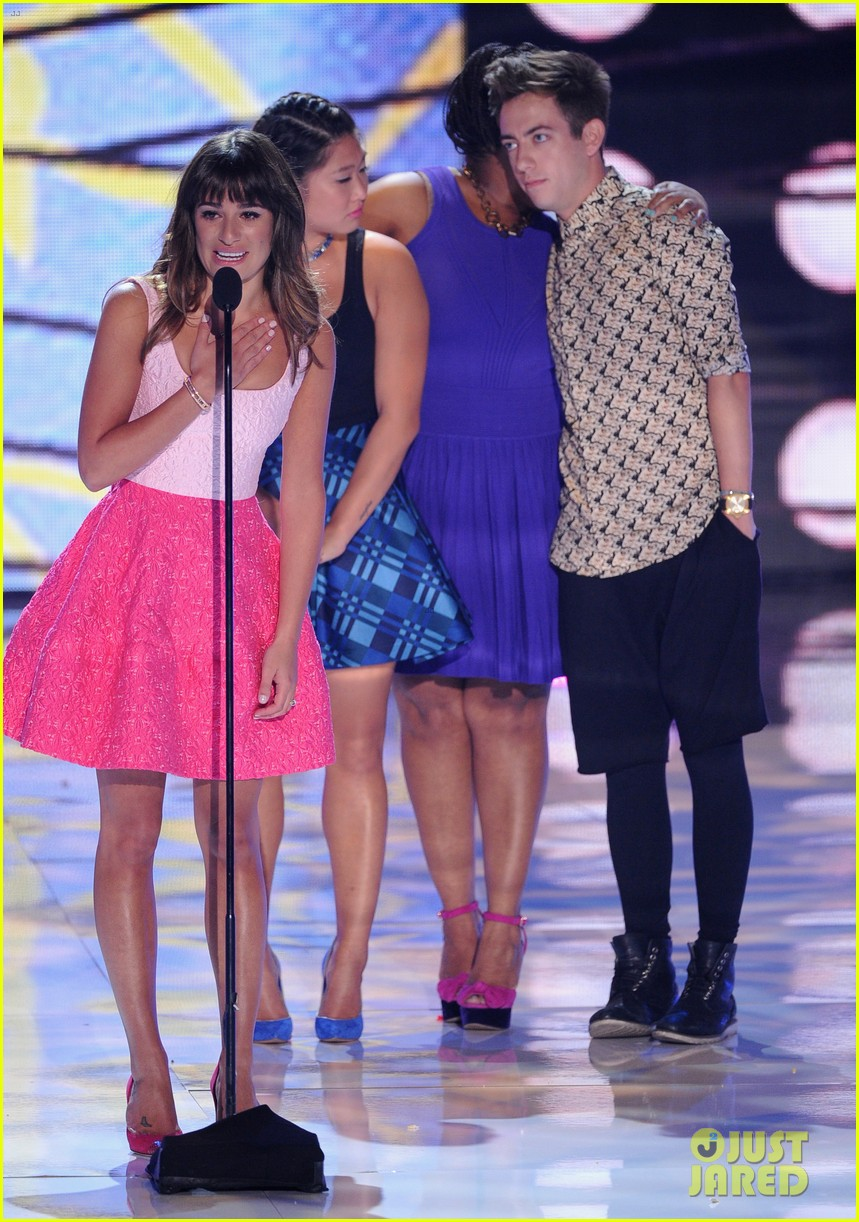 jenna ushkowitz embraces lea michele at teen choice awards 05