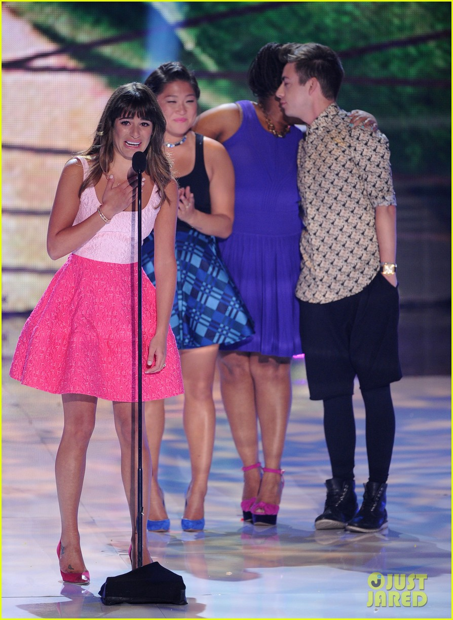 jenna ushkowitz embraces lea michele at teen choice awards 06