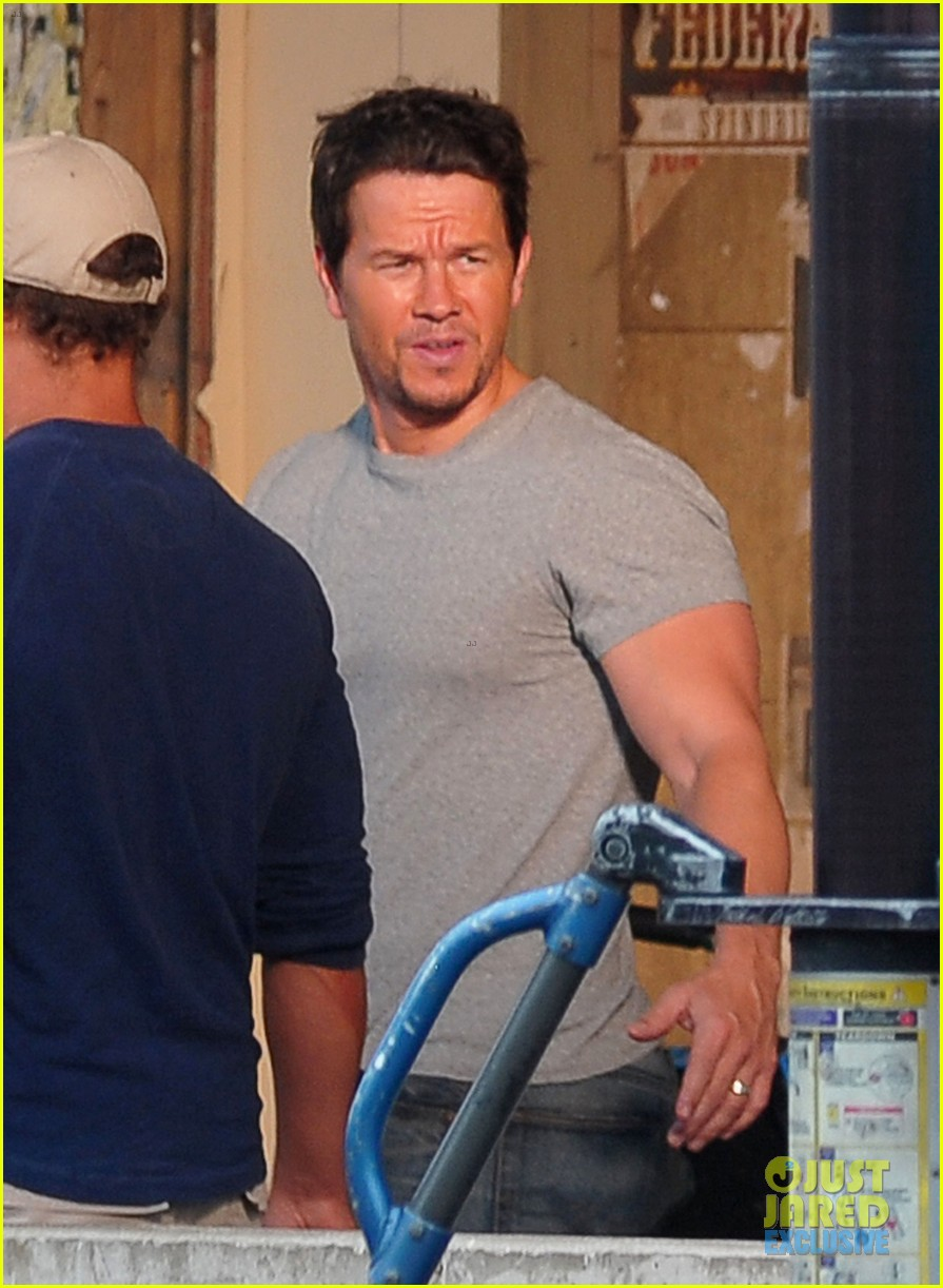mark wahlberg flaunts big muscles on transformers 4 set 02