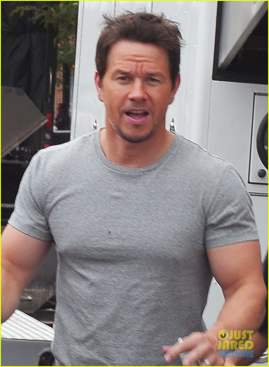 mark wahlberg flaunts big muscles on transformers 4 set 06