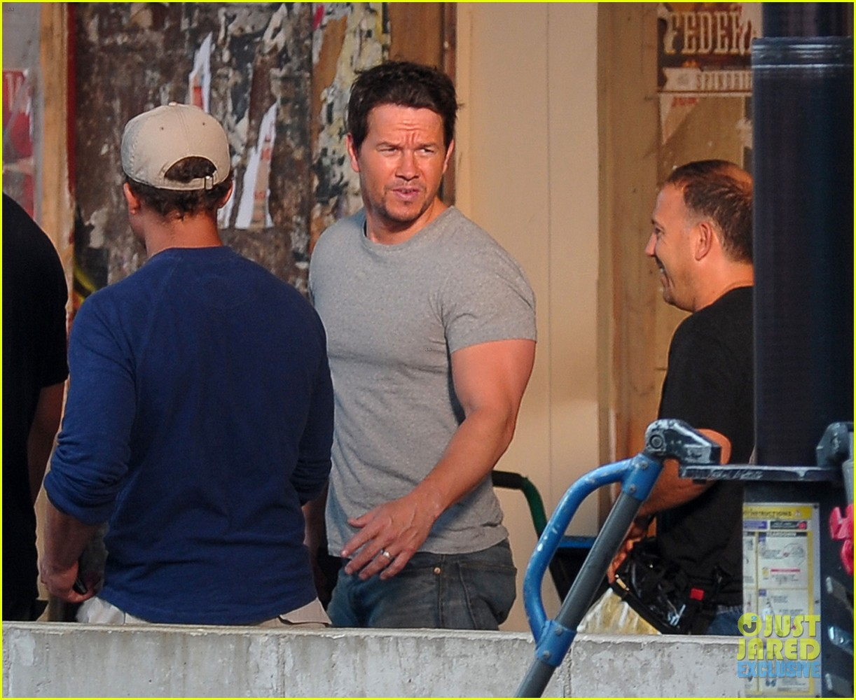 mark wahlberg flaunts big muscles on transformers 4 set 072939673