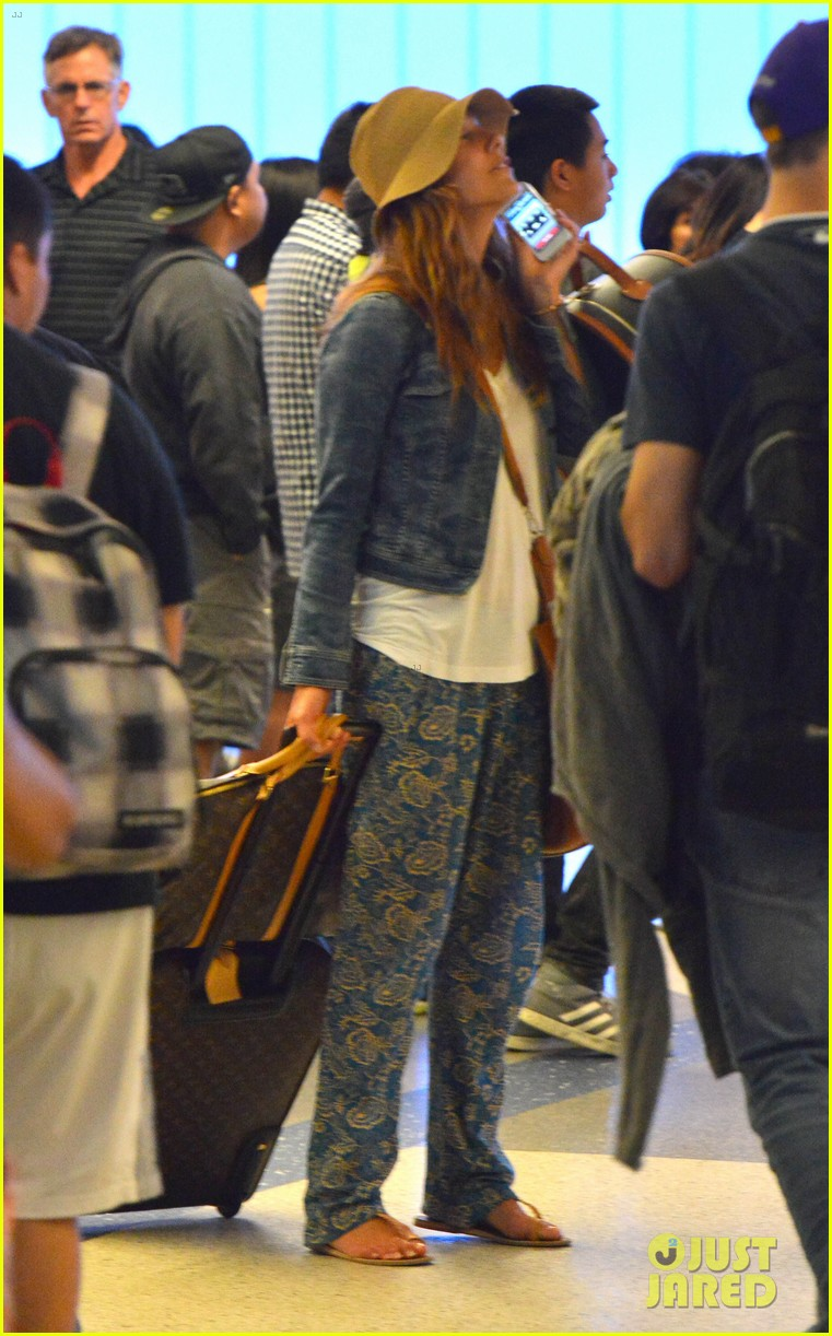 kate walsh ends caribbean vacation with flight to lax 072923926